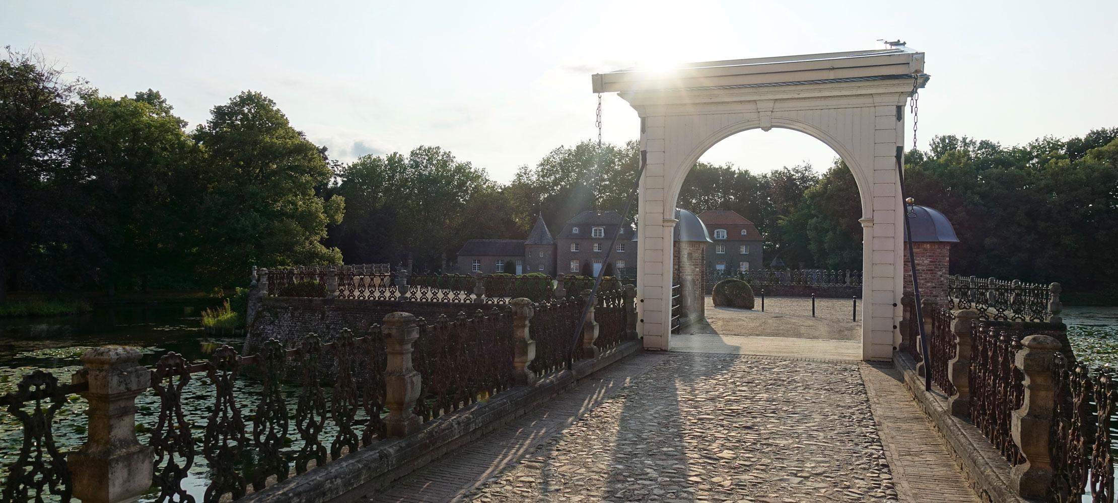 Romantik Hotel Wasserburg Anholt. Historische Brücke der Burg.